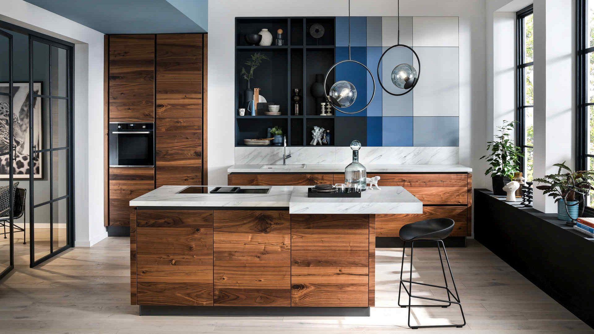 Nussbaum Häcker Küche mit blauen Farbaktzenten - Küchentrends 2021