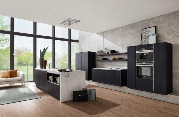 Designküche in Schwarz mit grifflosen Fronten