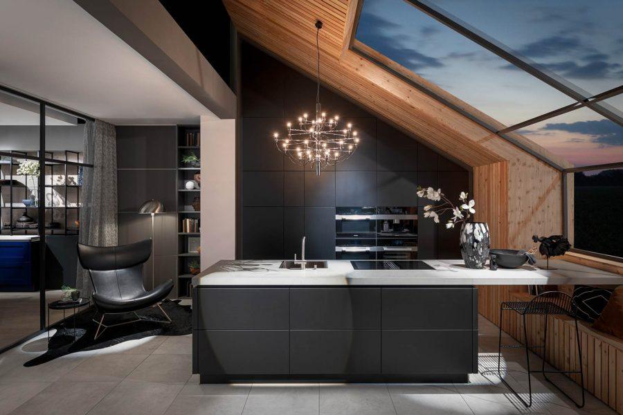 Moderne Küche mit Holz und Lackoberfläche, mit Kochtisch und individuellem Design