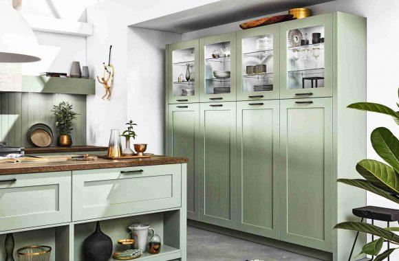 Hampton Pastellgrüne Landhausküche von Häcker