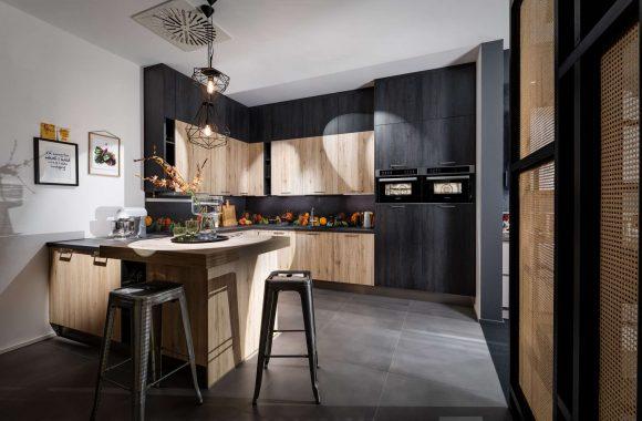 Küche mit Bali Eiche und schwarzen Meteor-Stahl-Oberflächen