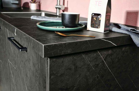Häcker Merkur-Klassik Küche in dunkem Marmor